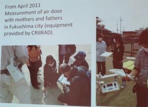 Mesures avec les mères de famille dans les écoles de Fukushima.