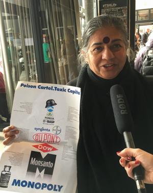 A l'Assemblée des peuples de La Haye le 14 octobre 2016, Vandana Shiva dénonce le monopole des multinationales - photo Carine Mayo